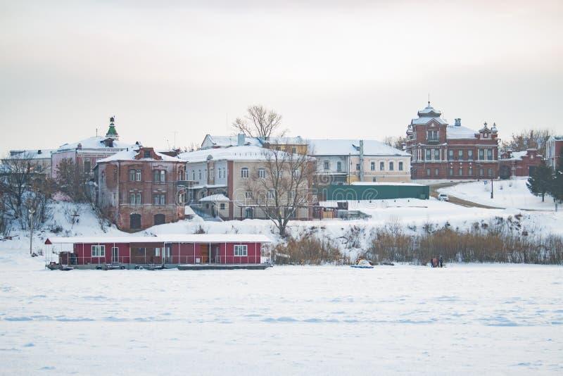 Le bateau est à la couchette dans la glace en hiver images libres de droits