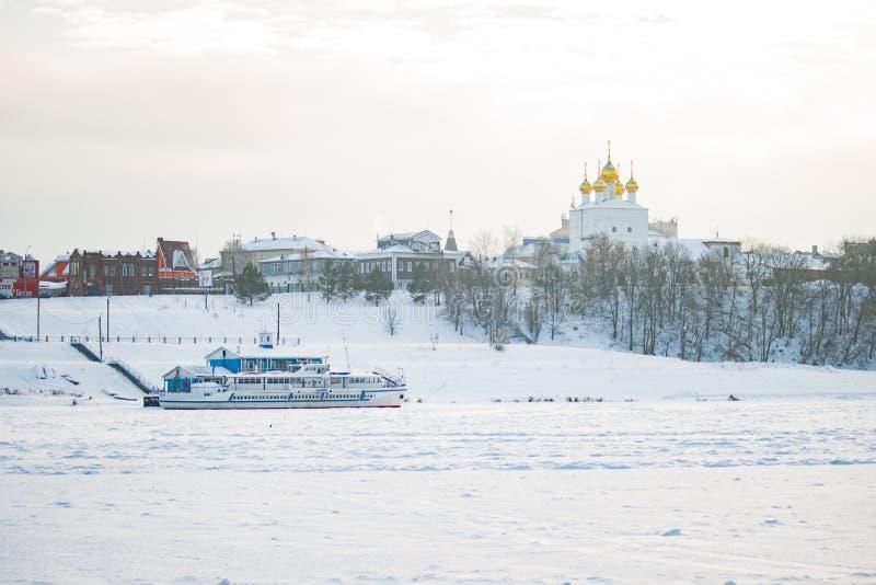 Le bateau est à la couchette dans la glace en hiver image libre de droits