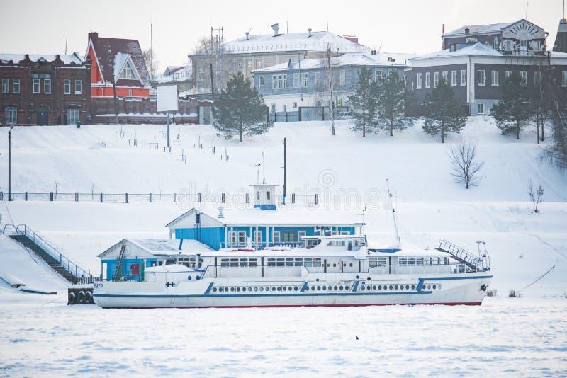 Le bateau est à la couchette dans la glace en hiver photo stock