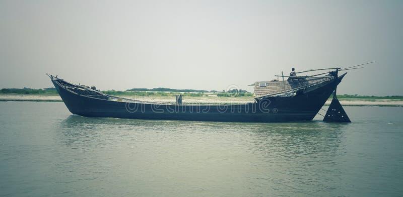 Le bateau est en rivière de padma photographie stock
