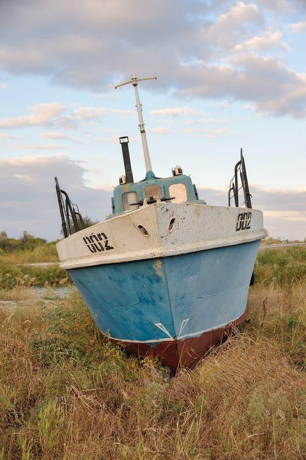 Le bateau est sur la terre images libres de droits