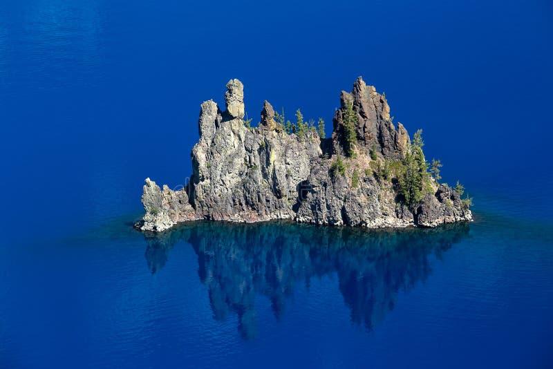 Le bateau fantôme sur le bleu en parc national de lac crater, Orégon image stock