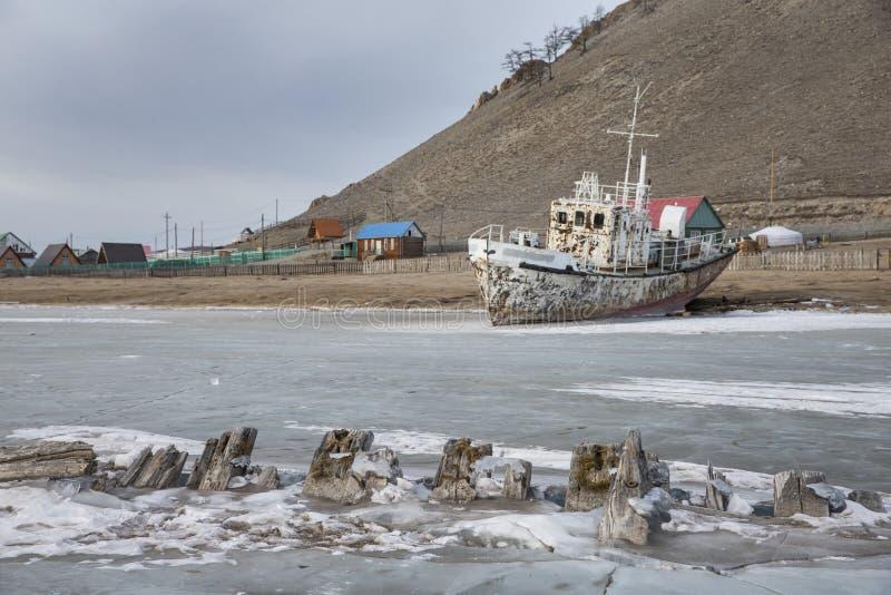 Le bateau a fermé à clef en glace dans un lac congelé Khuvsgul dans Mongoli du nord photo libre de droits