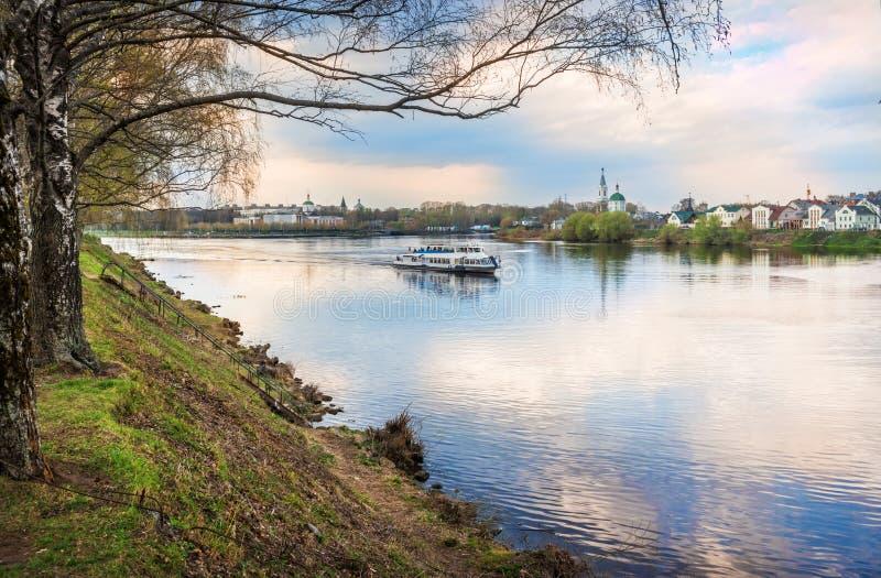 Le bateau navigue le long de la Volga dans Tver photo libre de droits