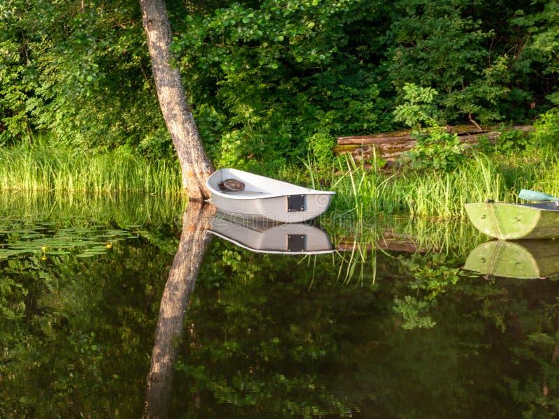 Le bateau s'est accouplé dans le lac, photos libres de droits