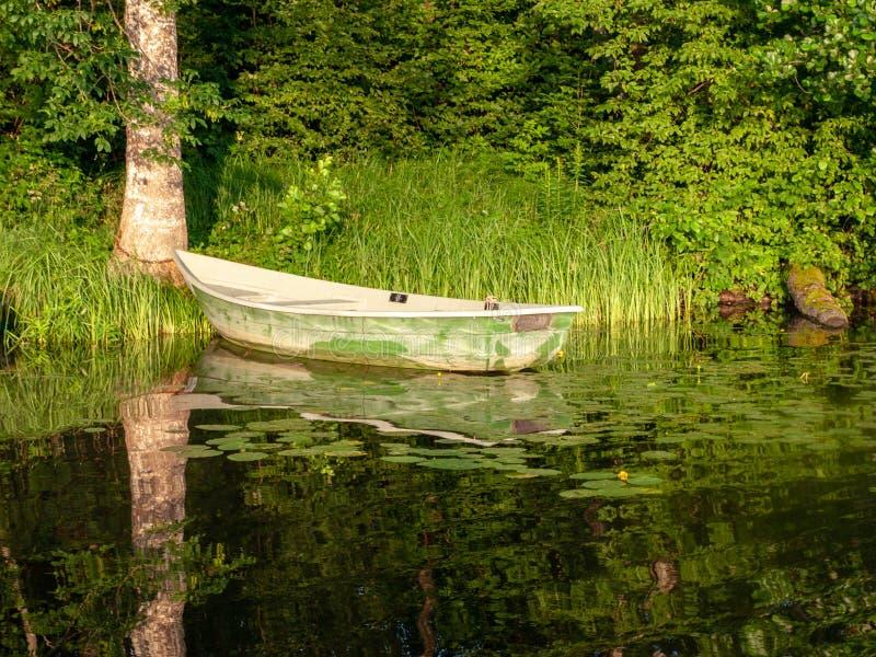 Le bateau s'est accouplé dans le lac, photographie stock libre de droits