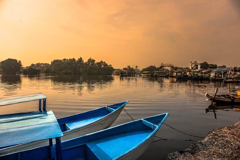 le bateau se penche sur un petit dock photos libres de droits