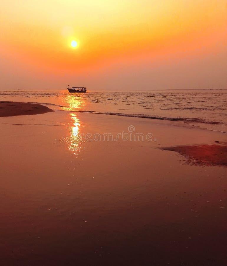 Le bateau solitaire photo libre de droits