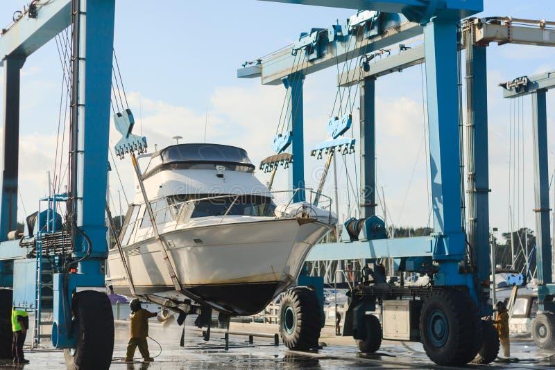 Le bateau soulèvent de l'eau images stock