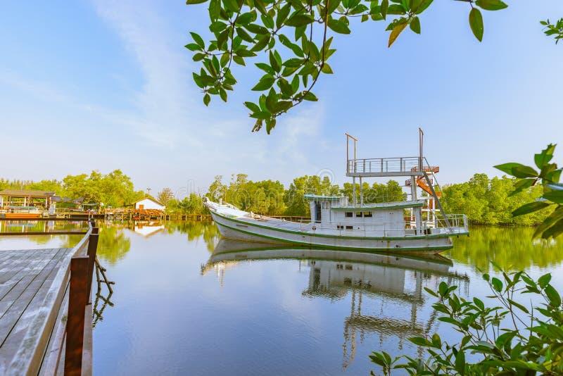 Le bateau sur l'eau image stock