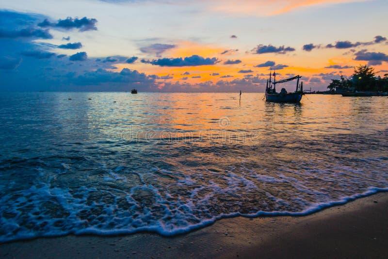 Le bateau sur un coucher du soleil nuageux photos libres de droits