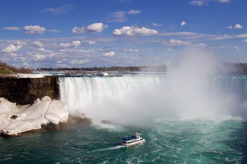 Le bateau vient à la brume de Niagara image stock