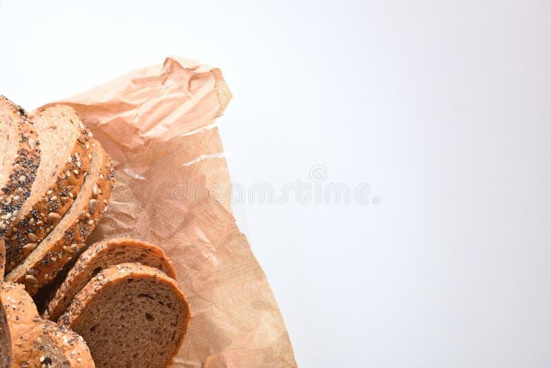 Le baton de pain a coupé sur une vue supérieure blanche de table photographie stock