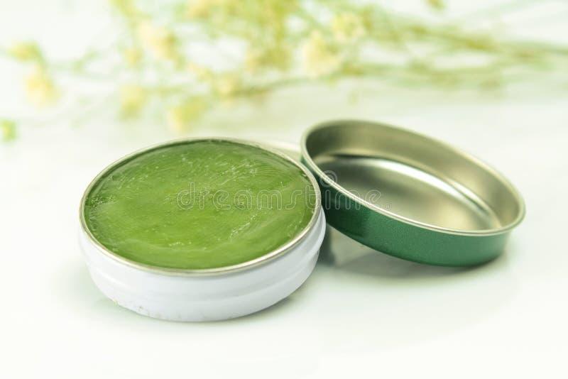 Le baume de fines herbes, pour soulagent des symptômes froids photos stock