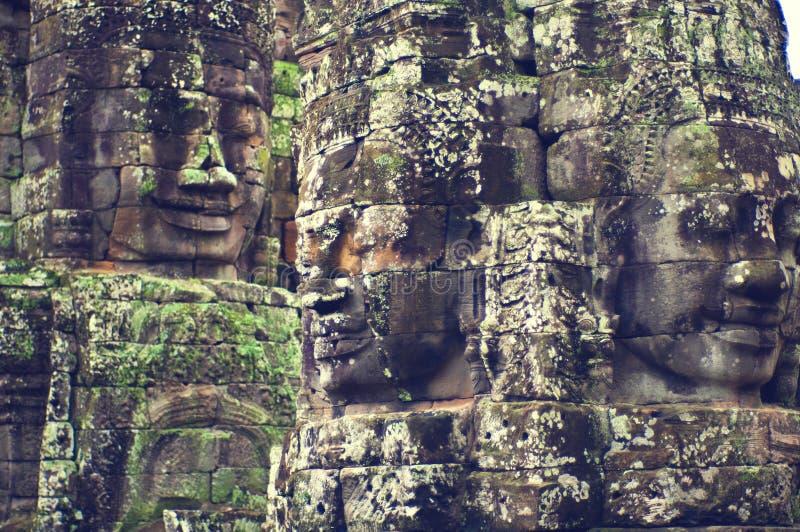 le bayon d'angkor fait face au wat de temple images stock