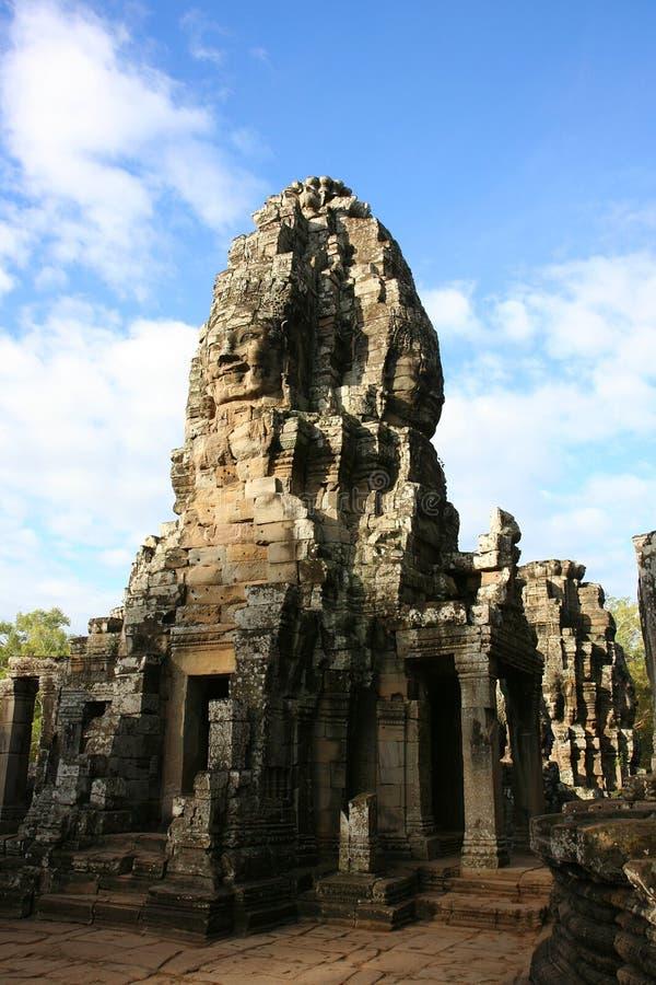 le bayon fait face au temple photo stock