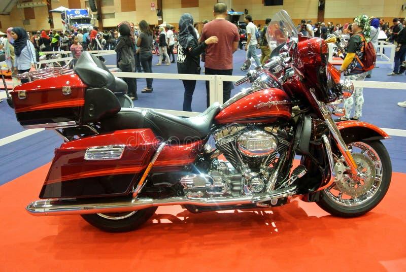 Le beau ` américain s a fait à Harley-Davidson la moto facile de cavalier et de couperet photos libres de droits