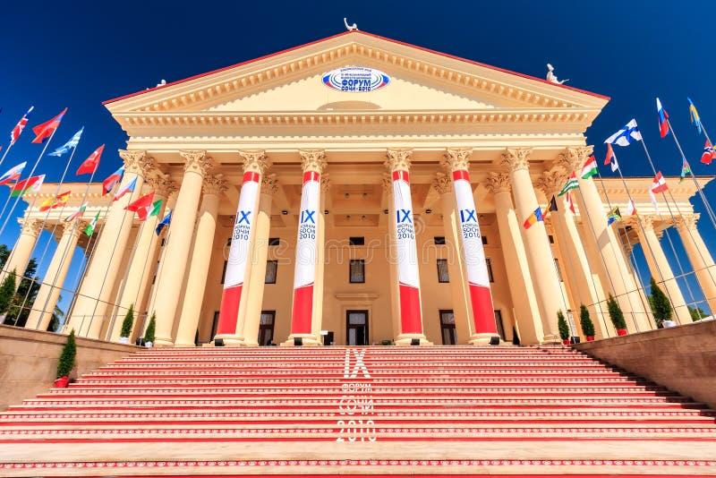 Le beau bâtiment du théâtre d'hiver avec son architecture élégante est le lieu de rendez-vous principal pendant l'économique inte photo libre de droits