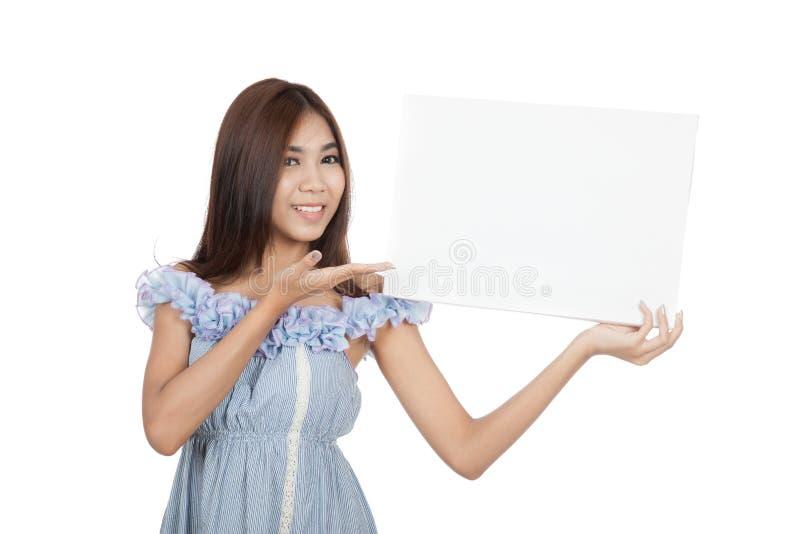 Le beau blanc asiatique de présent de femme se connectent son épaule photographie stock libre de droits