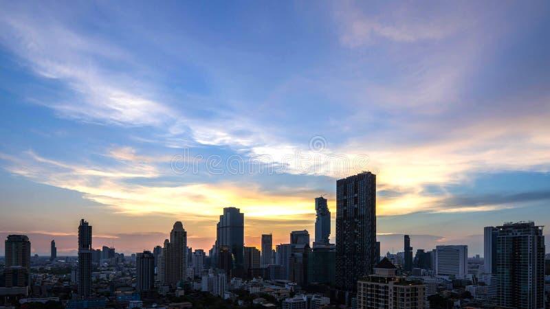 Le beau centre ville de ville de Bangkok de coucher du soleil de vue aérienne image libre de droits