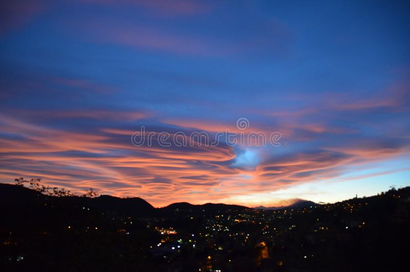 Le beau ciel au-dessus du lac Como photo stock