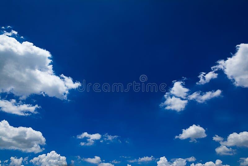 Le beau ciel avec les nuages blancs photos stock