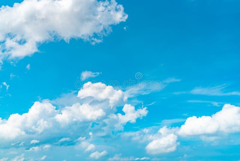 Le beau ciel bleu et les cumulus blancs soustraient le fond Fond de Cloudscape Ciel bleu et nuages blancs le jour ensoleillé images stock