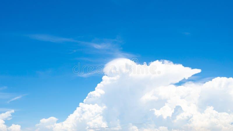 Le beau ciel bleu et les cumulus blancs soustraient le fond Fond de Cloudscape Ciel bleu et nuages blancs pelucheux photographie stock