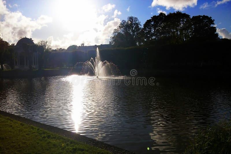Le beau ciel de lac de nature opacifie le matin de lever de soleil de réflexion images stock