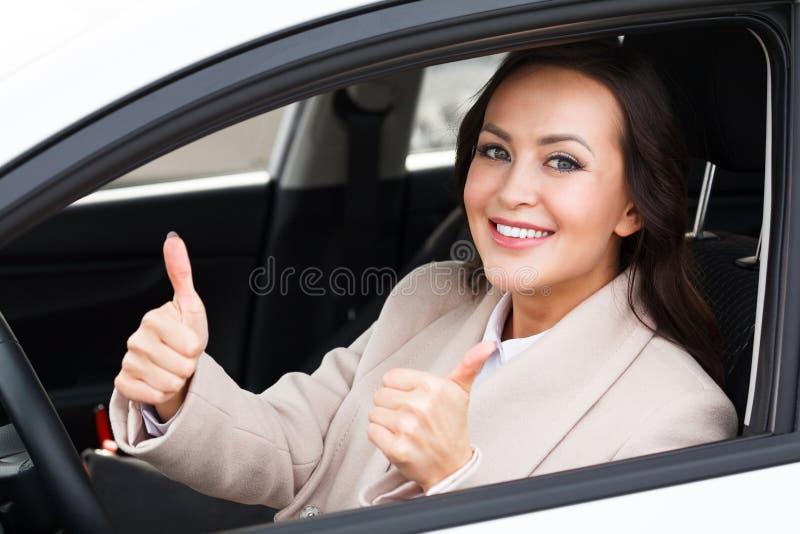Le beau conducteur de femme sourit image libre de droits