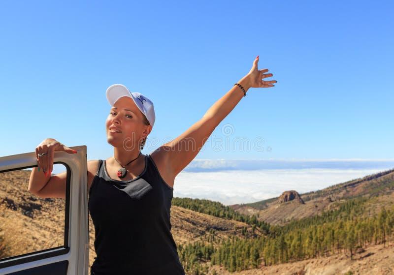 Le beau conducteur féminin salue de au-dessus des nuages image stock