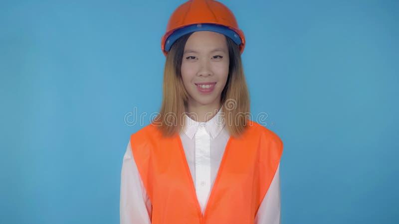 Le beau constructeur femelle coréen montre l'okey de geste de main photo libre de droits