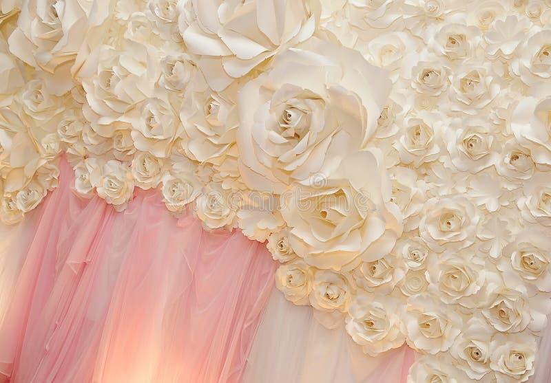 Le beau contexte fleurit prêt pour la cérémonie de mariage image libre de droits