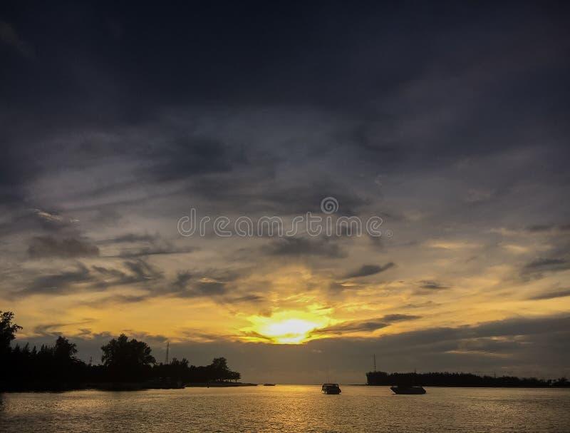 Le beau coucher du soleil au-dessus de la mer images stock