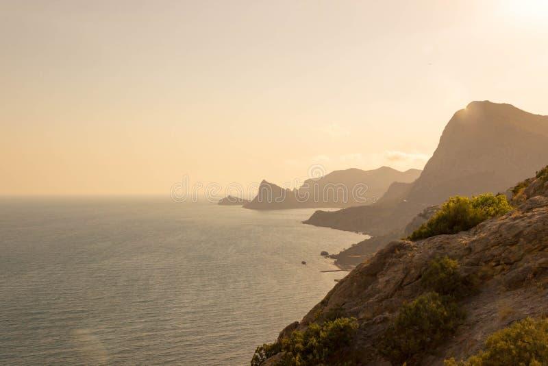 Le beau coucher du soleil s'allume dans une côte rocheuse de la Mer Noire photographie stock