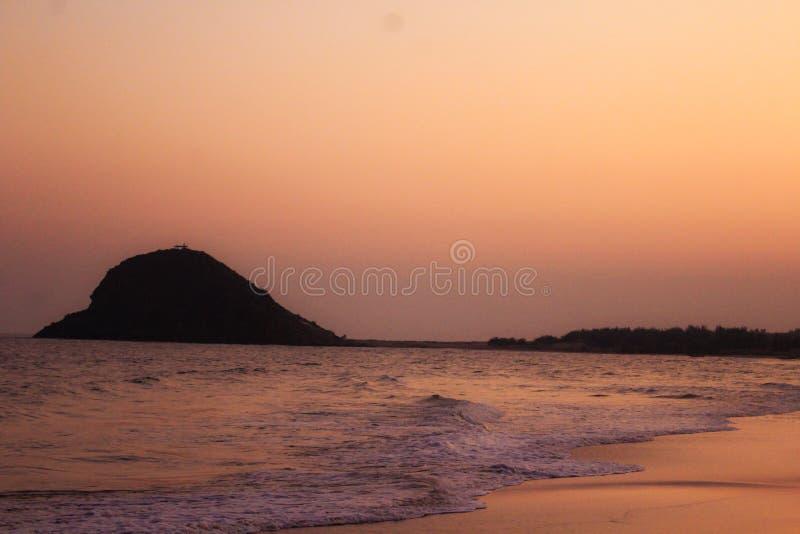 Le beau coucher du soleil sur le côté de mer images stock