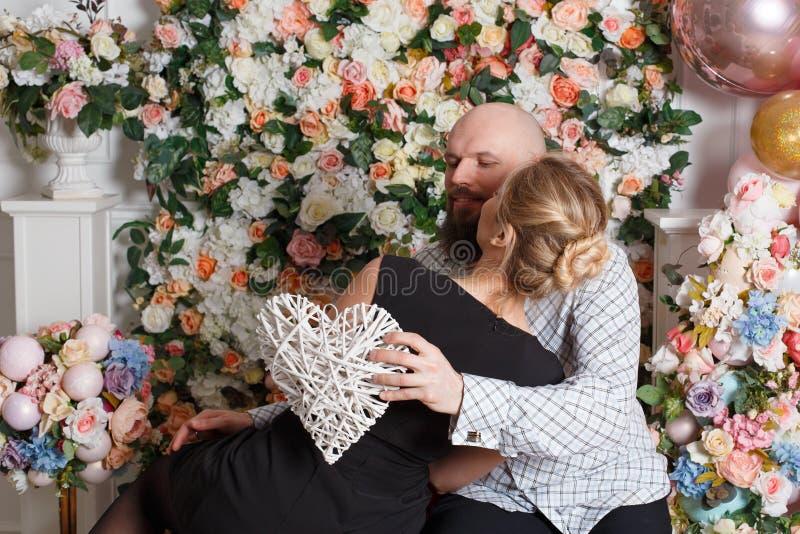 Le beau couple affectueux embrassant et a l'amusement, un type tenant sa belle fille aimée dans des ses bras photo libre de droits