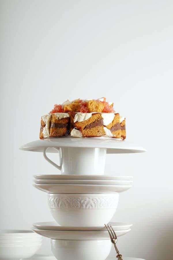 Le beau dessert a présenté sur une pyramide de teaware photos libres de droits