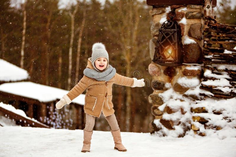 Le beau enfant très doux de petite fille dans le manteau beige est happ photographie stock