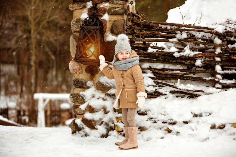 Le beau enfant très doux de petite fille dans un manteau beige regarde l'awa photos libres de droits