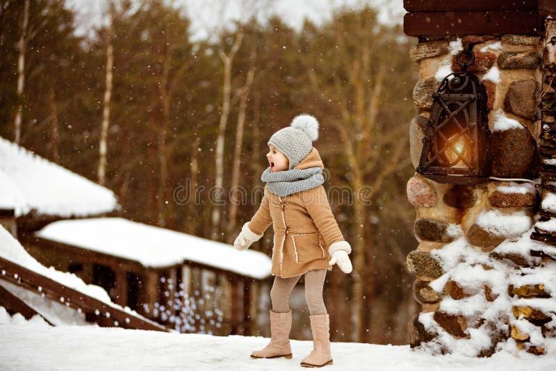 Le beau enfant très doux de petite fille dans un manteau beige se réjouit photographie stock