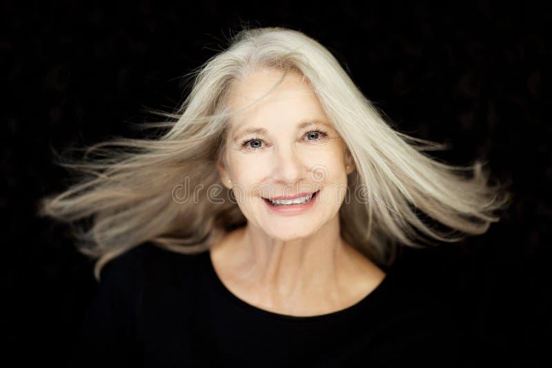 Le beau et plein d'assurance meilleur renversant a vieilli la femme avec les cheveux gris photographie stock libre de droits