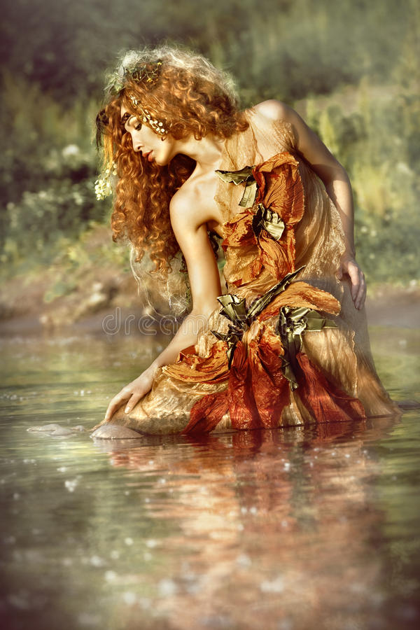 Le beau femme apprécie l'eau.