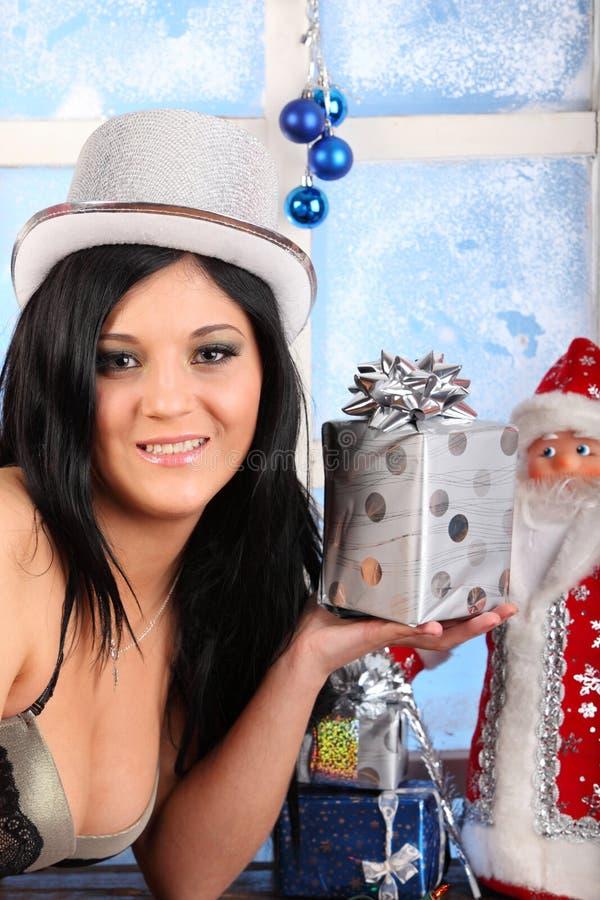 Le beau femme dans le soutien-gorge, chapeau, retiennent le présent image libre de droits