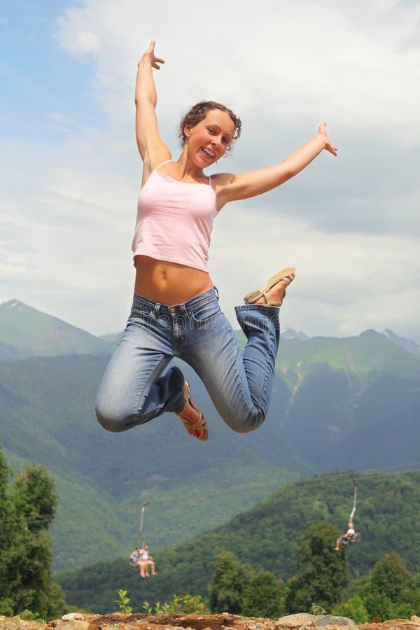 Le beau femme joyeux saute. images libres de droits