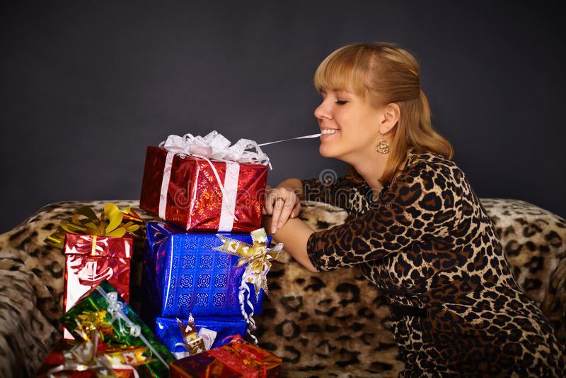 Le beau femme obtient beaucoup de cadeaux photos stock