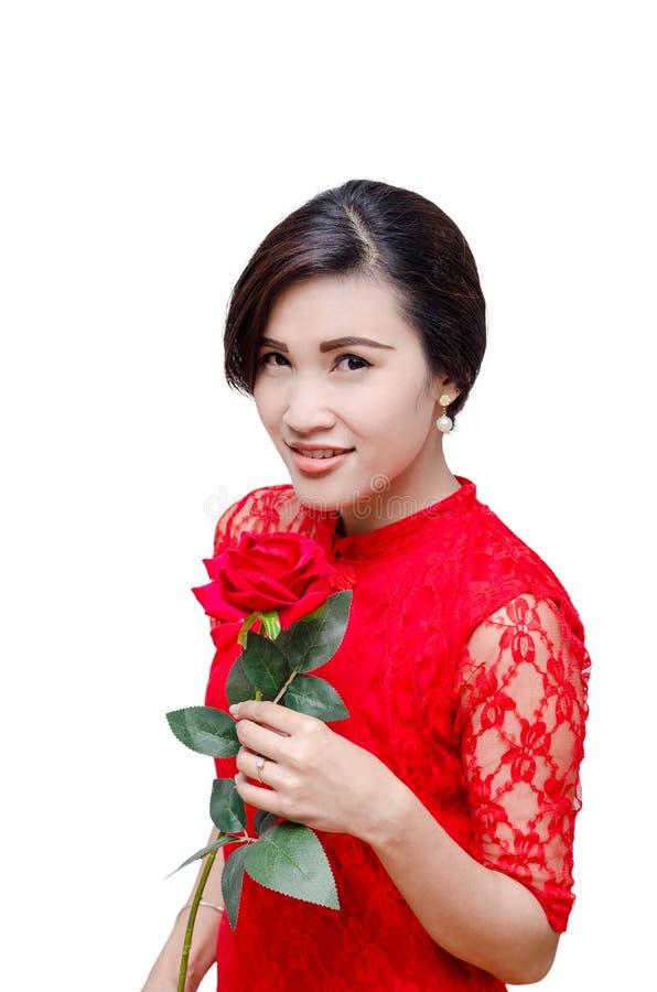 Le beau femme retenant le rouge s'est levé photographie stock