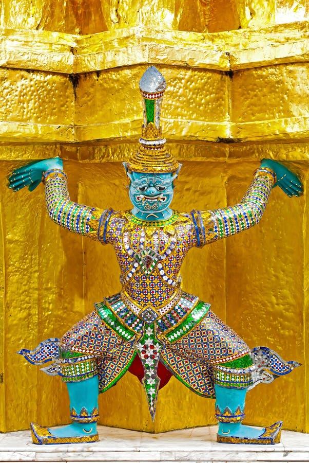 Le beau géant continuent la pagoda d'or énorme images stock