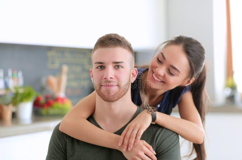 Le beau jeune couple a l'amusement dans la cuisine à la maison images libres de droits