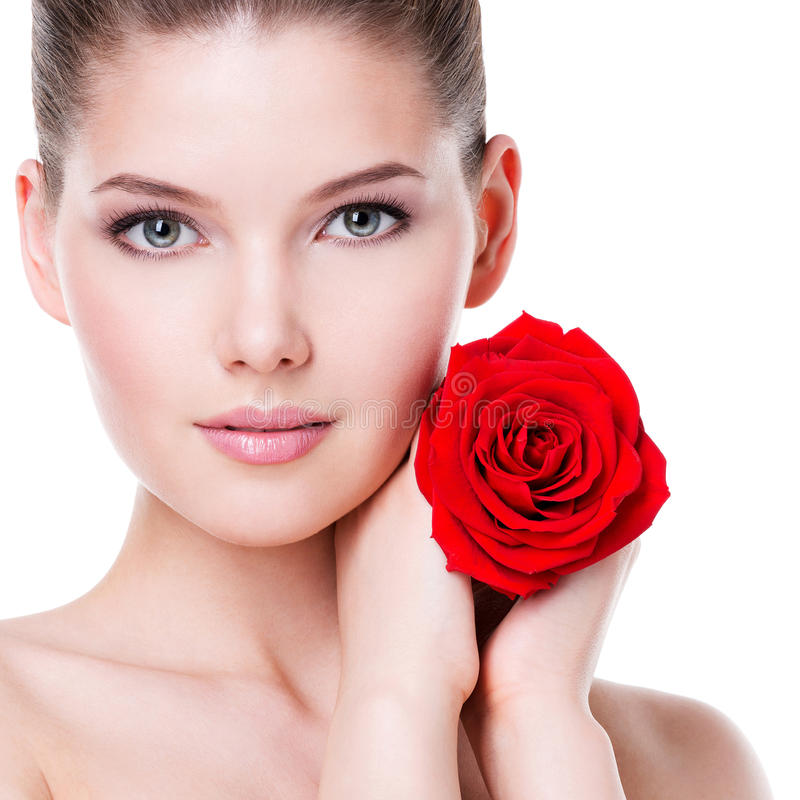Le beau jeune femme avec le rouge s'est levé photo libre de droits